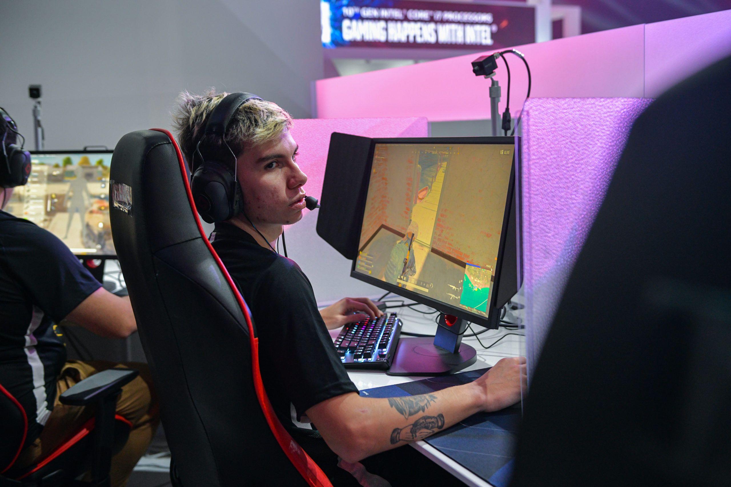 Jogador brasileiro sparkingg, da equipe latino-americana Meta Gaming, jogando o Survival Tournament no PGI.S