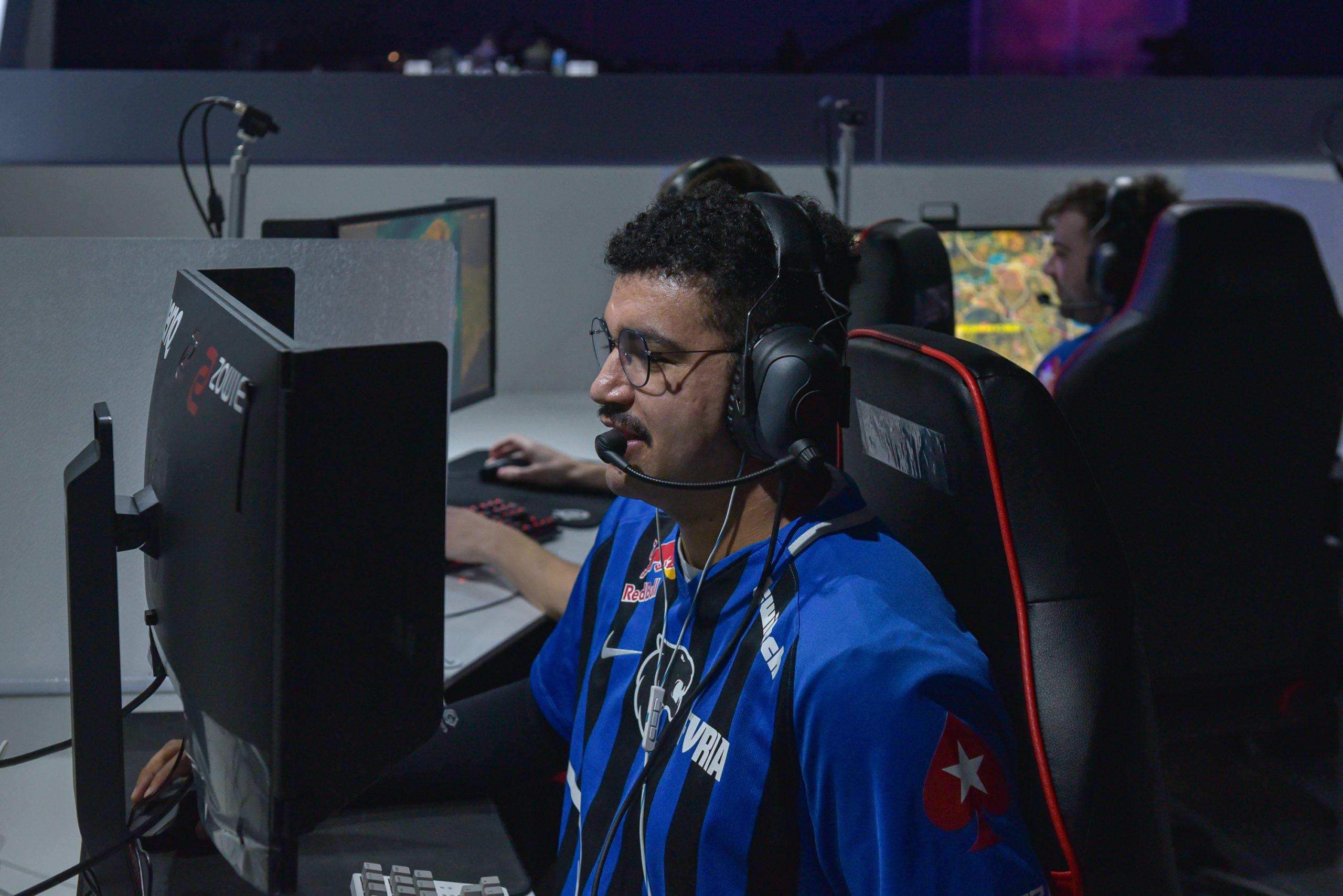 Jogador brasileiro Necro em primeiro plano, com os companheiros da equipe Meta Gaming ao fundo, jogando o Survival Tournament, no PGI.S